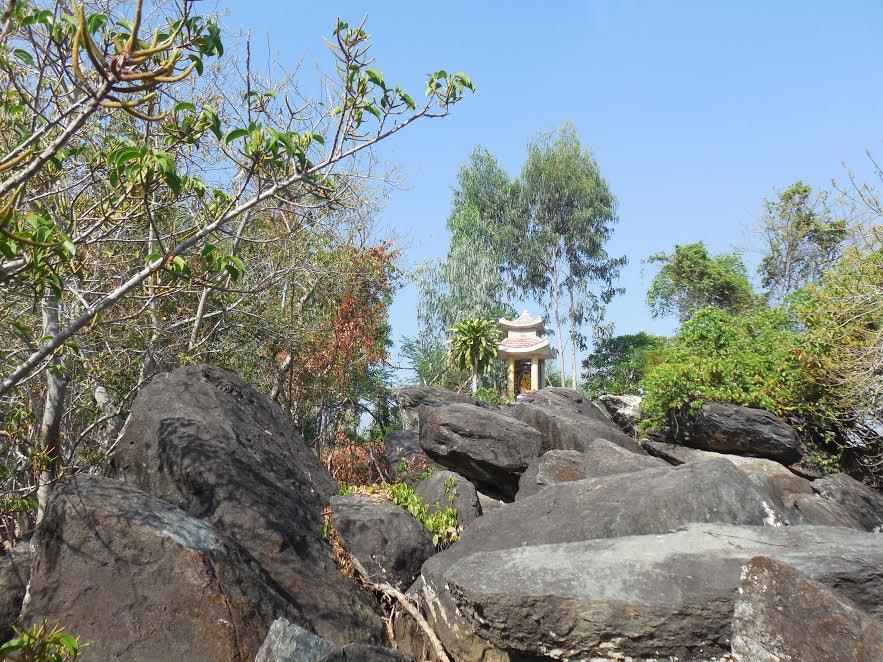 Gành đá Miếu Bà - di tích bên dòng Trường Giang
