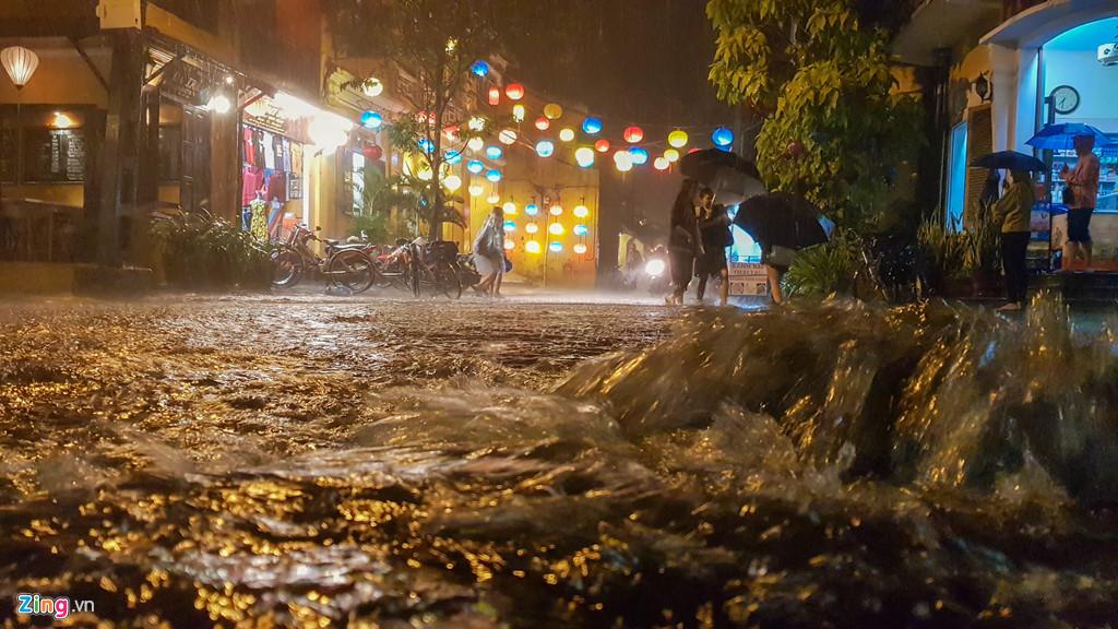 Thủy điện xả lũ, phố cổ Hội An lung linh ánh đèn bị ngập trong nước