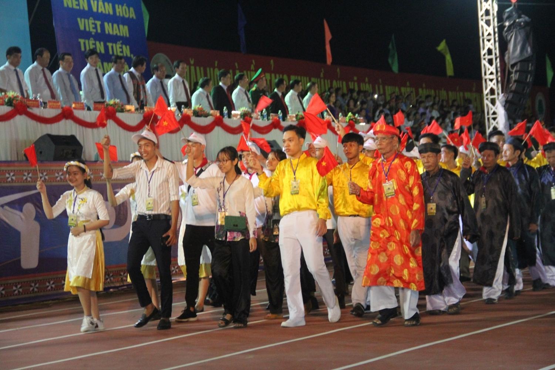 Đại diện các đội huyện miền núi Quảng Nam diễu hành.