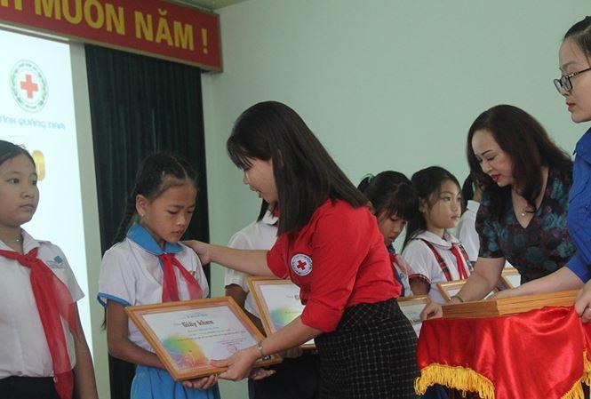 Trao học bổng cho học sinh nghèo vượt khó ở Quảng Nam