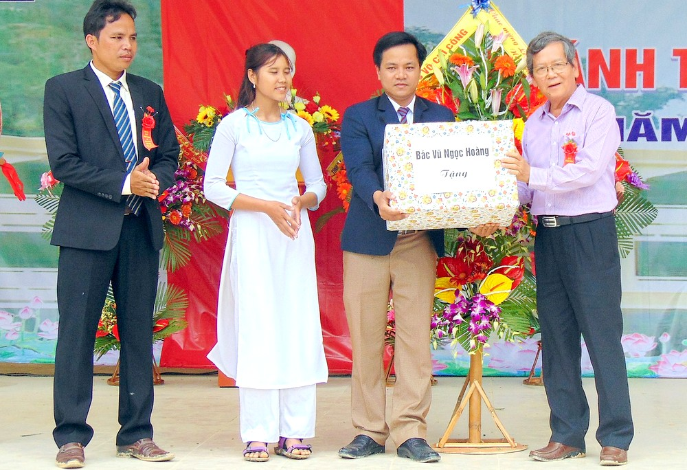 Đồng chí Vũ Ngọc Hoàng, đại diện gia đình đồng chí Võ Chí Công tặng quà cho tập thể Trường THPT Võ Chí Công