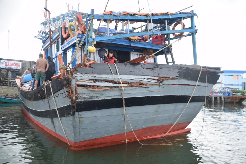 Tàu cá và 13 ngư dân Núi Thành bị đâm va ở Hoàng Sa đã cập bờ